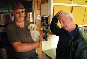 Karl-Olof Nilsson och Rune Asplund, Döviken, tillhör dem i byn som av och till varit utan teleförbindelser, troligen beroende på den icke monterade ledningen. Foto: Ingvar Ericsson