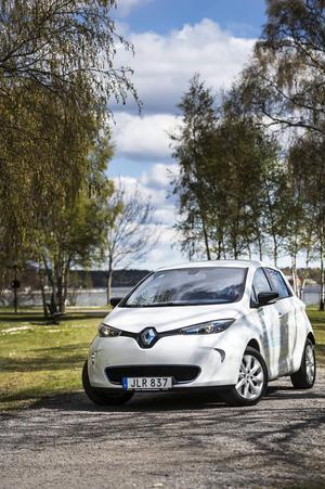 Bildtext 1: Renault Zoe är kusin med Nissan Leaf och ett laddat syskon till Renault Clio. Zoe är en elbil där batterier inte ingår i priset - de får du bara hyra.    Foto: Pontus Lundahl/TT
