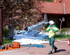 Flygplanet kraschlandade i trädgården. Brandkåren som misstänkte att det runnit ut flygfotogen sprutade ut skum på platsen.