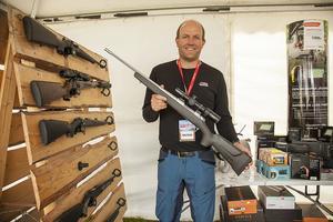 Thomas Bylund förklarar att dagens vapen blir bara lättare och lättare.  Detta vapen är till exempel gjort i stål och kolfiber med en vikt på 2,4 kilo.