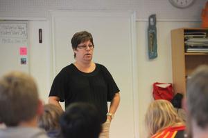 Monica Olsson (S), kommunalråd, har fått i uppdrag att ta reda på vad kommunen ungdomar tycker.