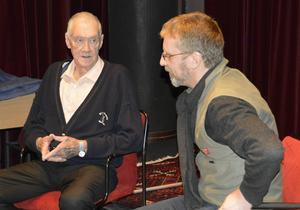 Tony Harcke berättar minnen för Petter Österlund.