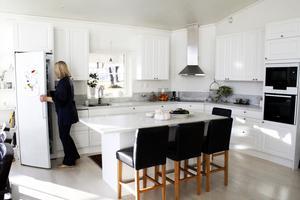 Köket är vitt och i lantlig stil.