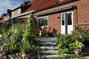Anne-Marie Montelius trädgård är i det närmaste original från det husen byggdes för 60 år sedan. Här får det växa lite som det vill.