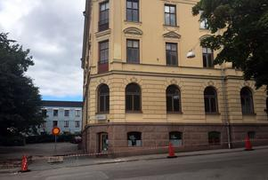 Delar från huset i Härnösand ramlade ner på lördagen.