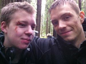 Mattias Lif och Joel Kinnaman blev snabbt polare när Mattias fick tillfälle att träffa sin stora idol. Märket vid Mattias öga är en fejkad sårskada, som sminkats dit.
