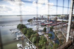 Vyerna från hotellets fönster är allt från vackra hamnmiljöer till byggarbetsplatser.