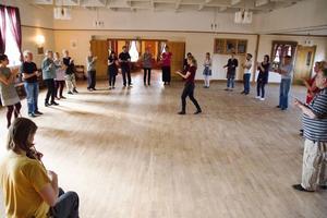 Dansläraren Anna Öberg började workshopen med en uppvärmning och att uppmana deltagarna att känna takten.