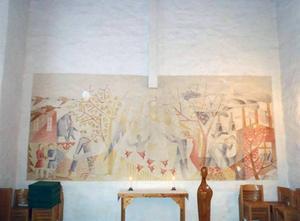 Bilden som ska tolkas i toner, Manne Östlunds väggmålning i Forsbacka kapell. I mitten syns nederdelen av ett vitt kors som också hör till verket.