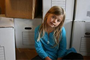Bella har flyttat från Stockholm till Östersund. Barnkanalen visar 8 april hur det gick till.