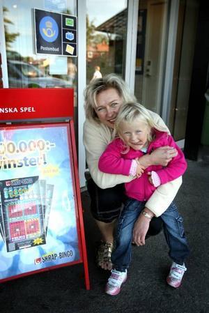 OCKSÅ EN VINNARE. Wenche Moen Axelsson med dottern Anne-Kristine hoppade själv högt då hon fick veta att hon vunnit 80 000 kronor på Lotto.