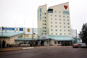 1992: Erland Ågren köper fastigheten för fem miljoner som blir hotell Checkpoint Dalälven. Den har tidigare varit hotell och flyktingboende.