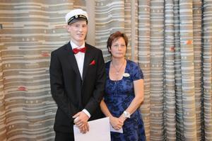 Sebastian Rosén fick ett stipendium från Dalarnas Försäkringsbolag som delades ut av Anna-Karin Persdahl.