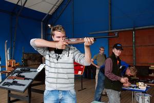 Skytte. Olle Danielsson från Boda testade laserskytte med gott resultat.