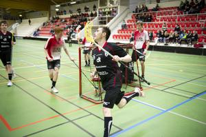 IBF Falun U:s Hilding Dahlström har precis tryckt in 4–3, matchvinnande målet, som innebar att laget tog hem herrklassen i Maxi Cup på Lugnet i går.