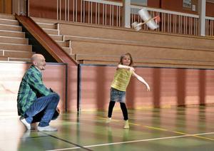 Sexåriga Emelie Zedig tog med sig pappa Henrik till Ljusnarshallen i går för att flyga med modellflygplan.