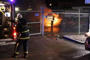 ANLAGD? En ruta hade krossats på den bil som började brinna på Gösta Samuelsson bil i Gävle.