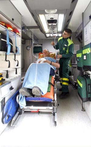 Ambulanssjukvården är nuförtiden något helt annat än för 10–15 år sedan.–Det är en akutmottagning på hjul, säger ambulanssjuksköterskan Per Hansson.