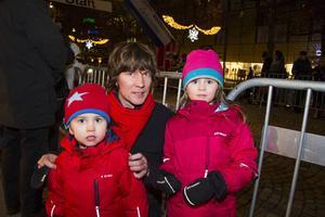 Håkan Wikström från Gävle tillsammans med barnen Bastian, tre år och Emine, fem år.