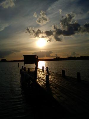 Vacker solnedgång vid gästhamnen i Borrgåsund