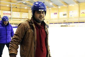 Det är första gången jag åker skridskor. Det känns roligt. Jag tycker själv om bandy, säger Ahmad Omo från Syrien.