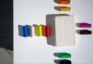 Utställningen innehåller också interaktiva moment – i ett verk får deltagarna själva modellera.