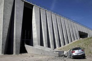 I augusti föll ett betongblock ner och krossade en bil.