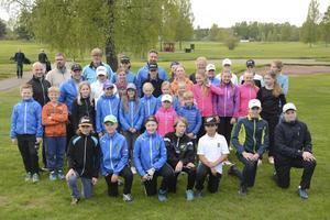 Här står en bråkdel av alla ungdomar som tränas av sammanlagt 30 ledare i Gävle GK:s regi.