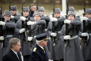 President Niinistö och Kung Carl XVI Gustaf inspekterar hedersvakten vid presidentpalatset i Helsingfors i mars i år.