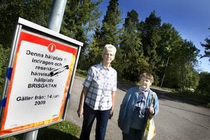 14 juni slutade stadsbussarna stanna vid Stormgatan och Lugnagatan. Nu hänvisas de boende till Brisgatan om de vill åka buss. Birgitta Erkers och Ingeborg Carlsson kämpar vidare.