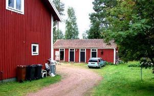 I förrådet med den tredje dörren från vänster ska polisen enligt uppgift ha hittat en död kropp, inte i vedboden med den öppna dörren. Foto: Jan Norberg/DT