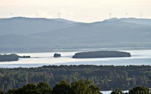 Vindkraftverken tornar upp sig mot Siljans västra horisont. I höst förvandlas Tällberg till ett centrum för förnyelsebar energi. Foto: Kalle Bergdahl/Mindhouse Park