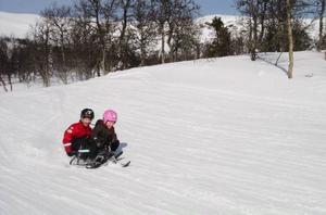 Simon Fick Hedström och Maja Lindholm provade på snowracerbanan.