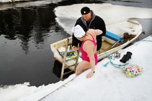Försiktigt, försiktigt... Karl-Rune Lindberg ger Anna-Carin Nordin en hjälpande hand.