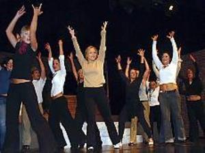 Foto: ULF GRANSTRÖM Fart och fläkt. Många dansnummer finns i musikalen där ensemblen får chans att visa sina färdigheter.