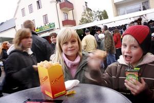 FIKAPAUS. Matilda Elebjörk och Christoffer Elebjörk, Edvalla, tog en paus med lite snacks.