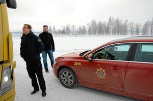 Här ska det byggas. Anders Nilsson och Stefan Larsson på plats vid Boforsudden där den nya branstationen ska stå.