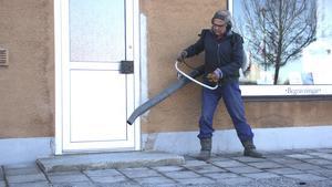Privata fastighetsägare har också börjar ta reda på gruset. Här blåser Jukka Tolkki på Fagersta trädgårdsservice bort grus i centrala Fagersta.