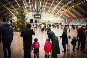 Flera hundra barn och vuxna deltog i den årliga julgransplundringen på Göransson arena.