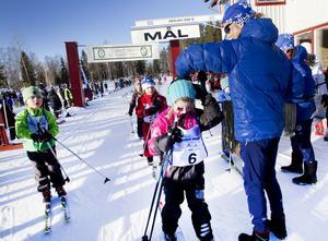 Lisa Björk, 6 år, från Sandviken får en medalj runt halsen. – Det var inte så jobbigt att åka, sa hon efter 900-metersloppet.
