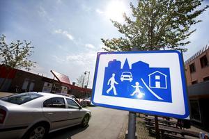 Centralgatan genom centrum i Skutskär blev för några år sedan så kallat gångfartsområde. Där får bilarna köra i gångfart och har väjningsplikt för gående.