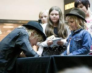 LOOK ALIKE. En liten Johan Palm-kopia väntade tålmodigt i den långa kön för att få en autograf av idolen.
