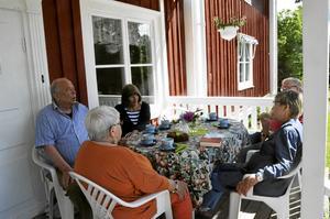 Mötesplats i solen.  Ursula Kalinowska-Löfling, Anders Bergman, Helena Ylitalo, Annika Granberg Knauss och Leif Ström deltog vid sommarens första andakt på kaplansgårdens veranda.