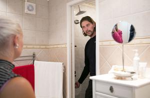 Mikael Wimark berättar om vad han hittar för Nicole Bäckström under besiktningen, som lär känna sitt eventuella framtida hem.