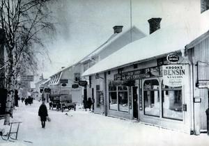 Handelsgata. Viktor Tappers Färg- Tapet-och Kemikelieaffär en vinterdag på Norsgatan på 1920-talet
