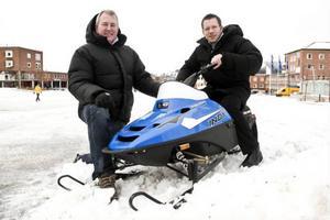 Johan Didriksson och Johan Olofsson planerar för skoterkross, Junior Super Sno-X, på Stortorget i Östersund nästa helg.