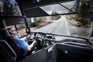 Det tog tre och ett halvt år innan den nya vägen blev klar mellan Åsarna och Ljungdalen. Det blev en del stopp med bussen under ombyggnaden.    – Men det gjorde inget det var intressant att sitta och titta på. Man levde sig in i omvandlingen hela tiden, säger Göran.