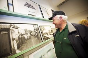 """KIKADE PÅ TAVLOR. Seth Andersson, 65 år, letade sig längst in till en lugn del av butiken, där han spanade på gamla fotografier av Gävle. """"Jag följde med frun hit. Hon är ett riktigt loppisproffs."""""""