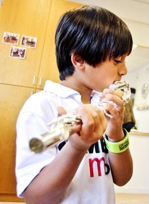 Karam Jayab, fem år, provade på att spela tvärflöjt. Han besökte Kulturskolan tillsammans med sin pappa och de äldre bröderna Adam och Muhammed Jayab.