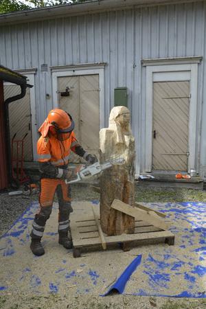 Lotta Boholmvall, träbildhuggare, gör en skulptur av sågverksungen Bricken från Vibeke Olssons bok. Skulpturen ska stå på Svartviks område i framtiden.